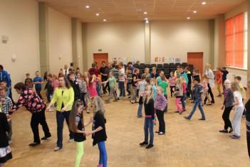 """Ilmatsalu koolipere tantsib """"Kolmõpuari"""""""